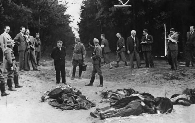 Żołnierze III Rzeszy pokazują zachodnim dziennikarzom ciała pomordowanych rzekomo przez Polaków przedstawicieli bydgoskiej mniejszości niemieckiej (zdjęcie propagandowe), wrzesień 1939 r.