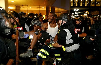Zamieszki w Charlotte. W mie�cie wprowadzono stan wyj�tkowy