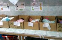Noworodki trzymane w kartonach. Szokuj�ce zdj�cia z porod�wki obieg�y �wiat