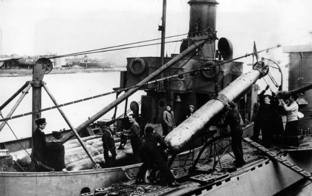 Załadunek torped na ORP