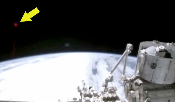 Tajemniczy błysk podczas transmisji na żywo z ISS