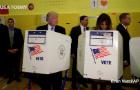 To zdjęcie z wyborów robi w sieci furorę. Donald Trump upewnia się... na kogo zagłosowała jego żona
