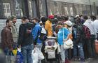 """Służby imigracyjne w Europie demaskują """"nieletnich"""" uchodźców. Ale problem jest delikatny"""