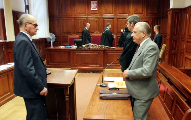 Wojciech Jaruzelski i Czesław Kiszczak w Sądzie Okręgowym w Warszawie podczas procesu w sprawie pacyfikacji