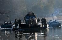 Polscy i holenderscy żołnierze przeprawili się przez jezioro
