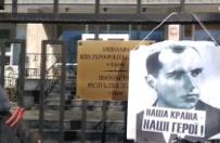 Kijów: ukraińscy nacjonaliści wieszają portret Bandery na ogrodzeniu polskiej ambasady
