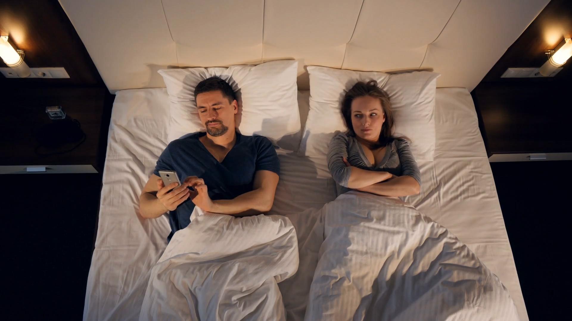 Spanie przy świetle negatywnie wpływa na organizm