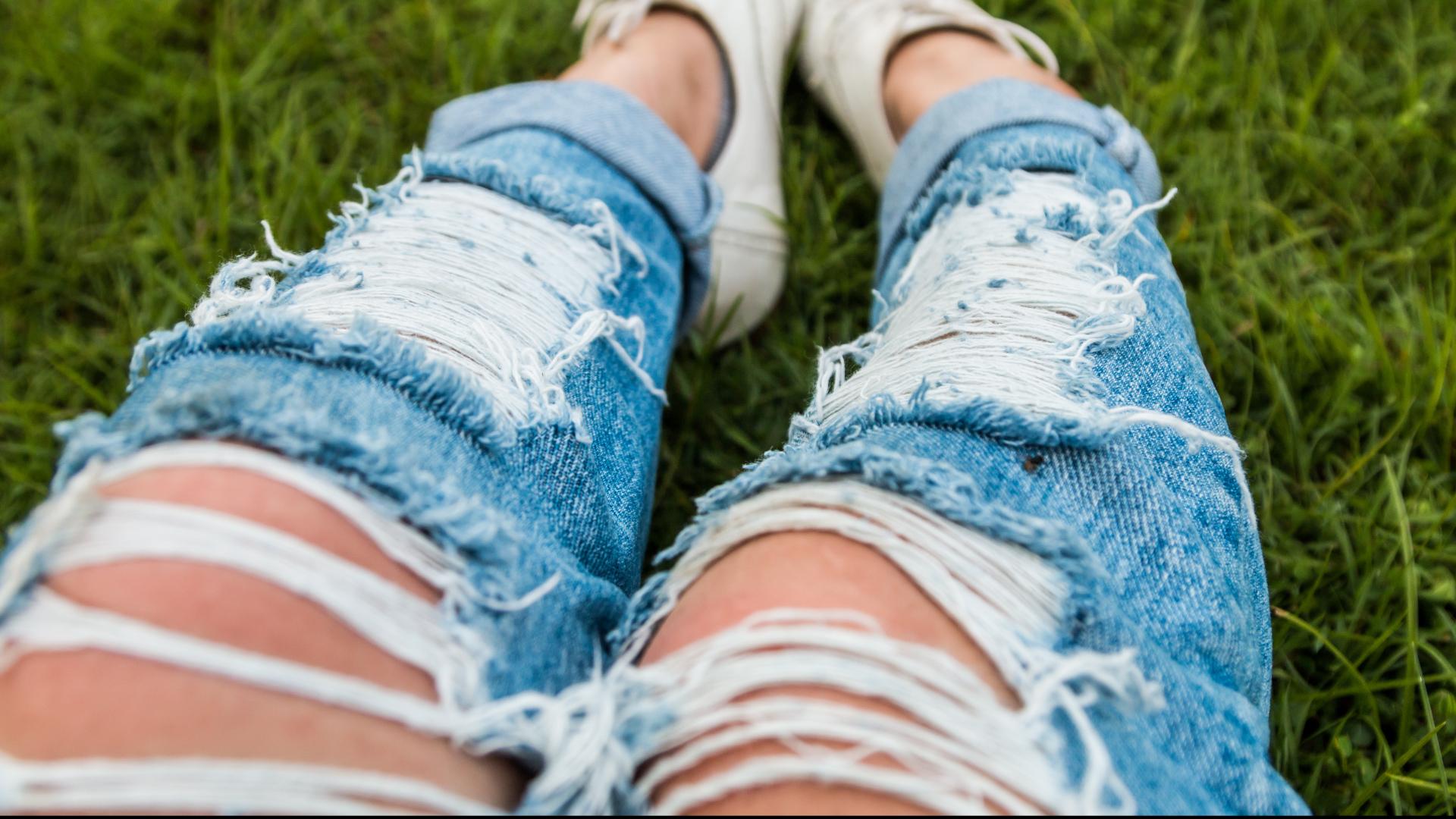 Nosisz dziurawe jeansy? Uważaj na słońce