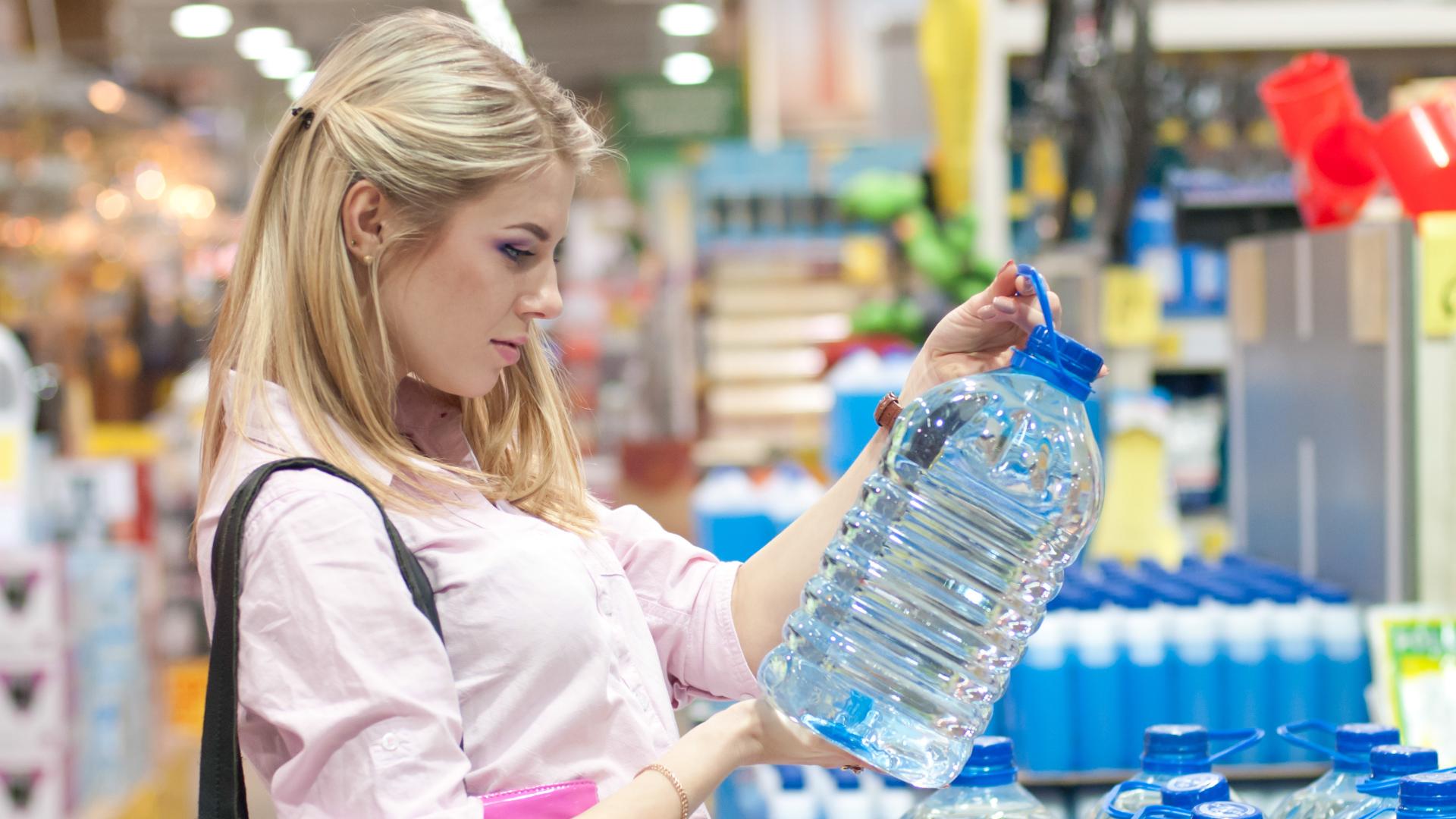 Nie kupuj wody, jeśli widzisz ten znak na butelce