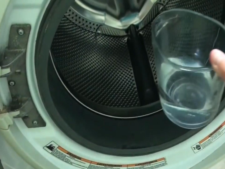 Wyczyść pleśń w pralce. Prosty sposób