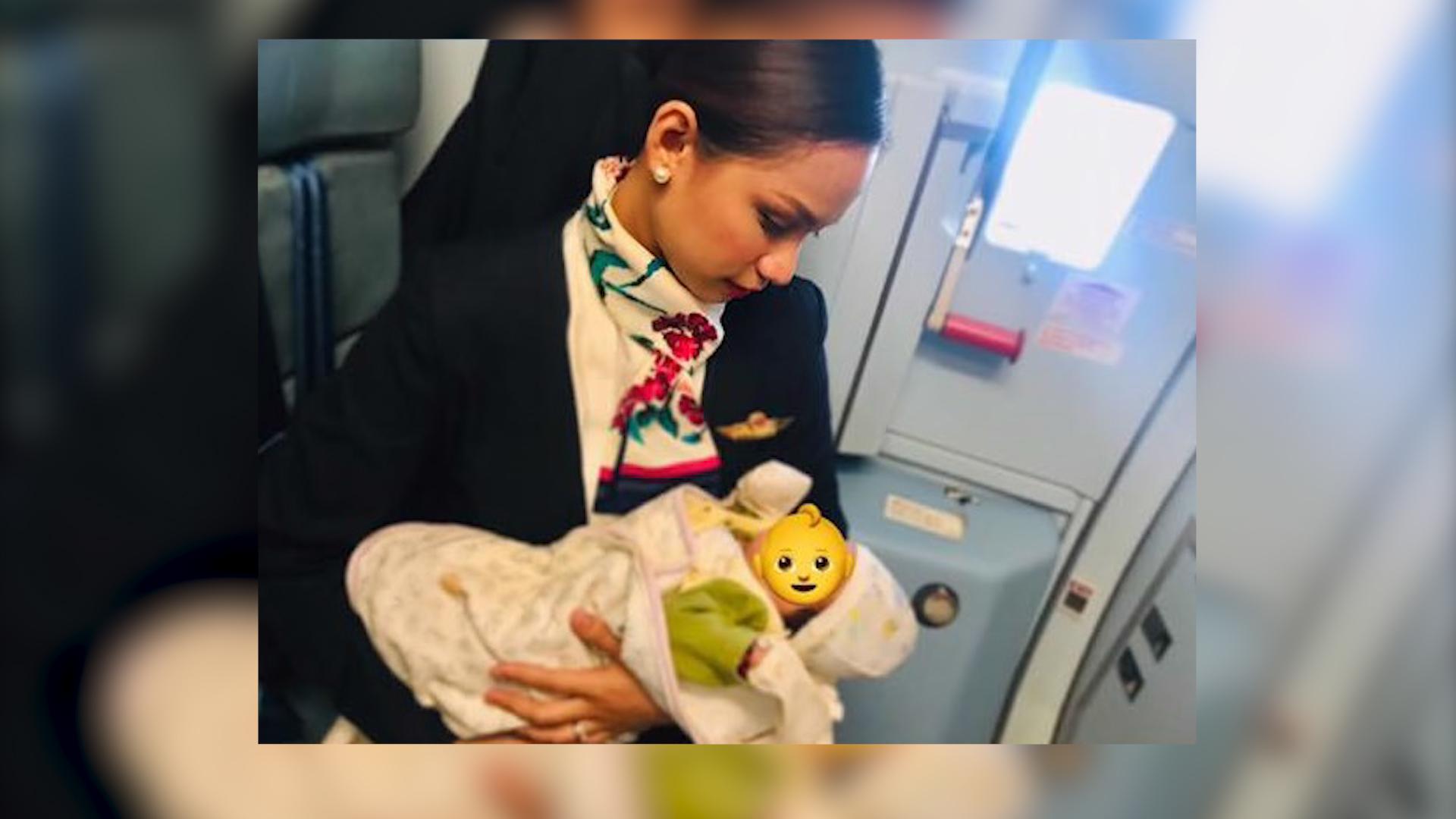 Stewardessa nakarmiła piersią dziecko pasażerki