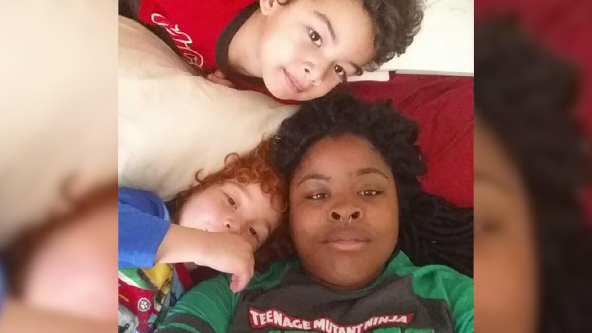 Rudy chłopiec w afroamerykańskiej rodzinie