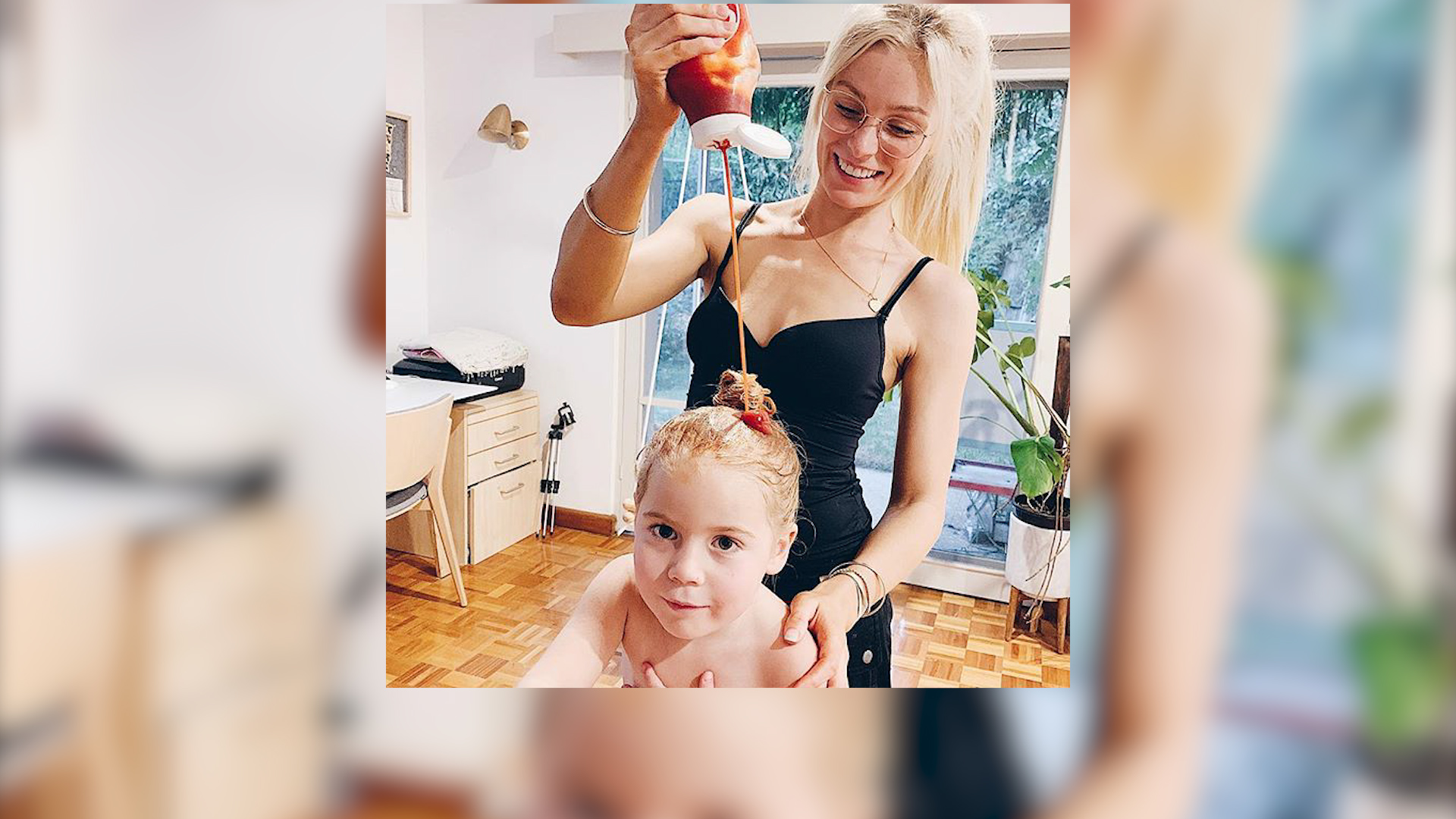 Myje włosy córce ketchupem - dlaczego?