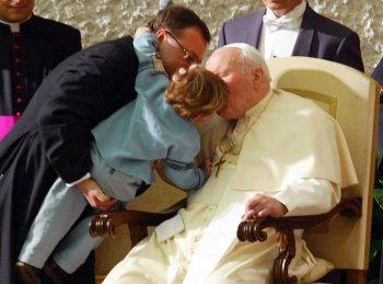 Jan Pawe� II ca�uje dziecko podczas spotkania ze studentami