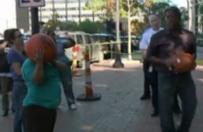 Zaprotestowali ws. wydarze� w Ferguson. Obrzucali policjant�w... dyniami