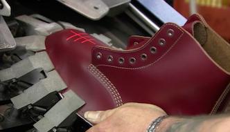A wszystko przez... wypadek na nartach. Tak produkuje się znane buty Dr. Martens!