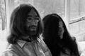 Urodziny Johna Lennona: Tymon Tymański, Piotr Metz, Marcin Ciurapiński, tort urodzinowy... a nawet John i Yoko w łóżku!