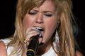 """Kelly Clarkson śpiewa """"Cichą noc"""" tekst piosenki"""