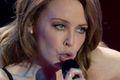 Kylie Minogue pisze szminką na lustrze