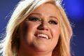 Kelly Clarkson pod świątecznym drzewkiem tekst piosenki