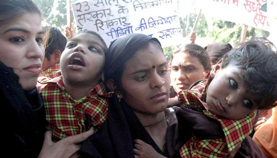 Sinha Indra, Dzieci Apokalipsy, Bhopal, Okres ochronny na czarownice,  Carmaniola