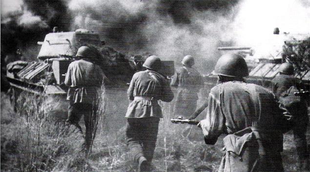 Radzieccy żołnierze podążają za atakującym czołgiem T-34