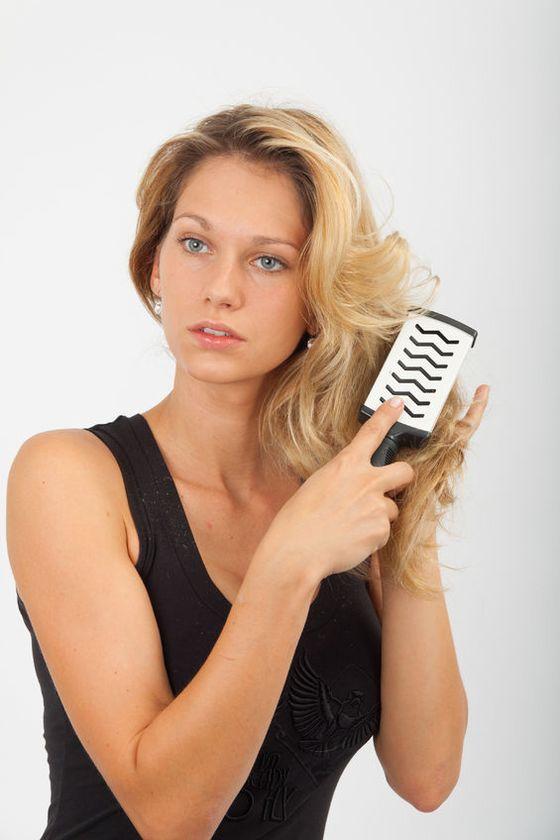 dlaczego kobiecie wypadają włosy