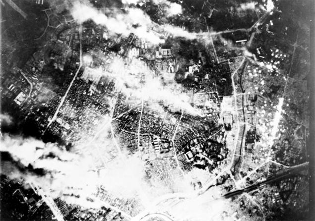 Płonące Tokio podczas ponownego bombardowania 26 maja 1945 r.